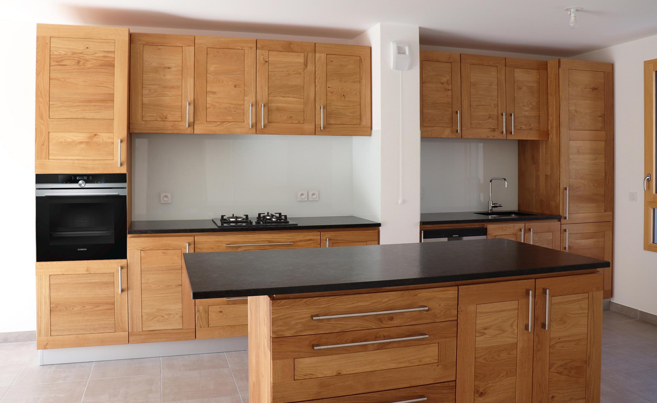 Plan De Travail Granit Loire cuisine sur mesure en chêne sur mesure - delorme meubles